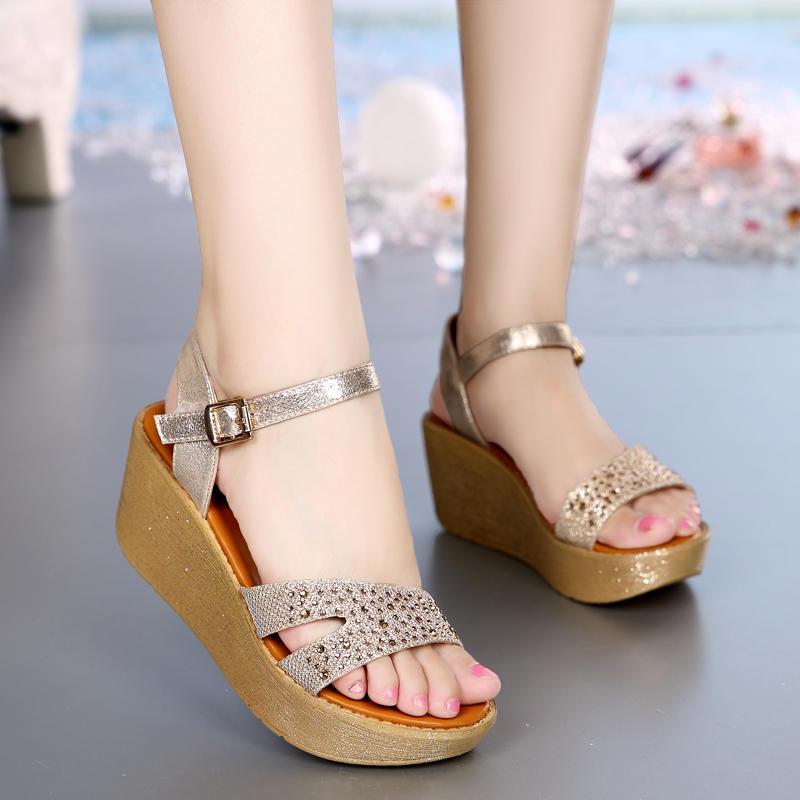 """在凉鞋上加点水钻,你就是耀眼的""""明星"""""""