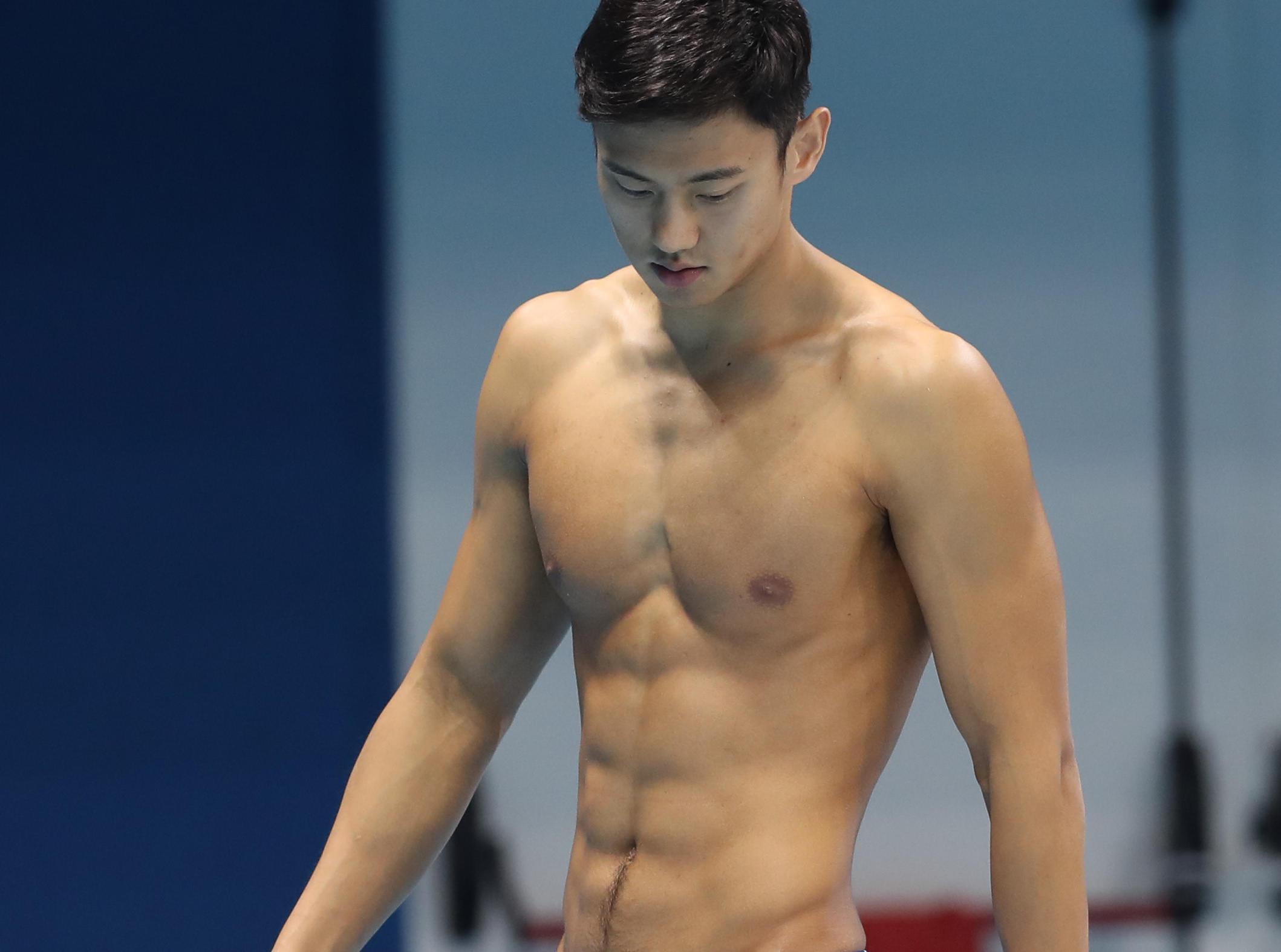 """中国游泳队里约备战 宁泽涛帅气""""炫腹"""""""
