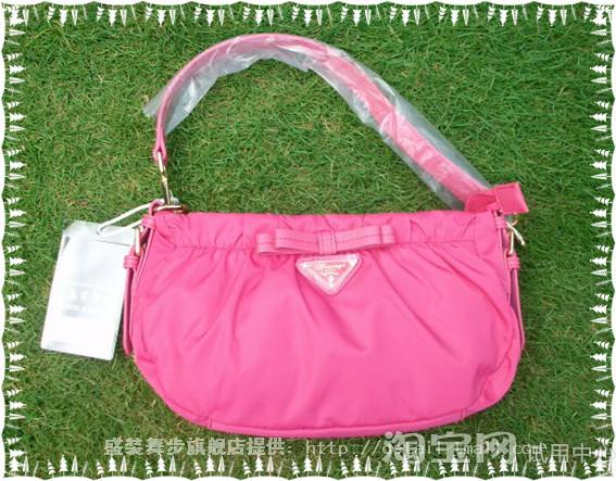 玫红色的包包搭配上碧绿色的草地