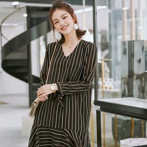 薇语大码女装2018春夏季新款雪纺小V领绑带袖口不规则条纹连衣裙