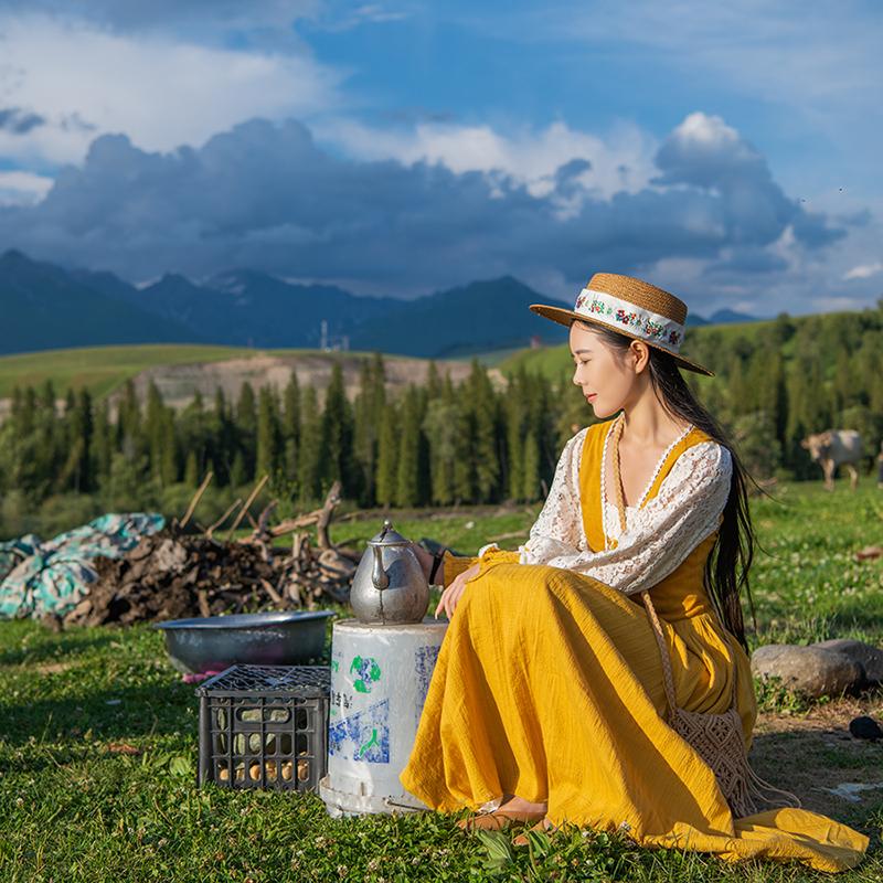理想三旬旅行女装草原旅拍姜黄色法式田园风蕾丝拼接连衣裙长裙
