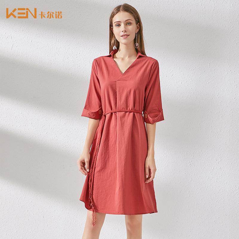 卡尔诺2019新款秋季宽松腰纯色裙子女中长款绑带V领不规则连衣裙