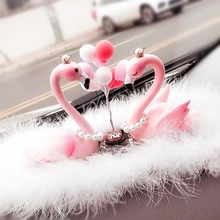 创意新款火烈鸟汽车摆件镶钻可爱羽毛车内车载摆台气质装饰品女士