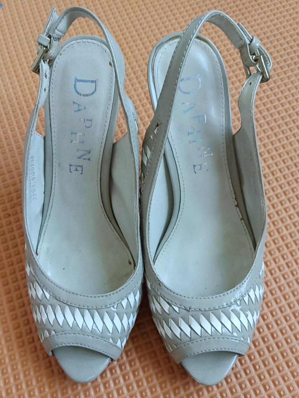 达芙妮凉鞋,只在家里试穿过,高跟9厘米,35码,稍微偏小一点