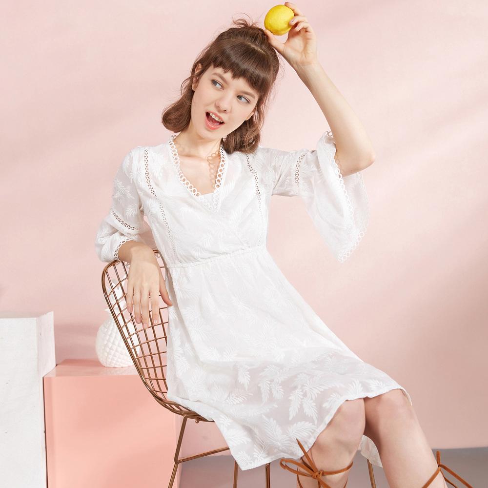 蓝色倾情 2017秋装新款 V领白色刺绣气质碎花雪纺连衣裙两件套
