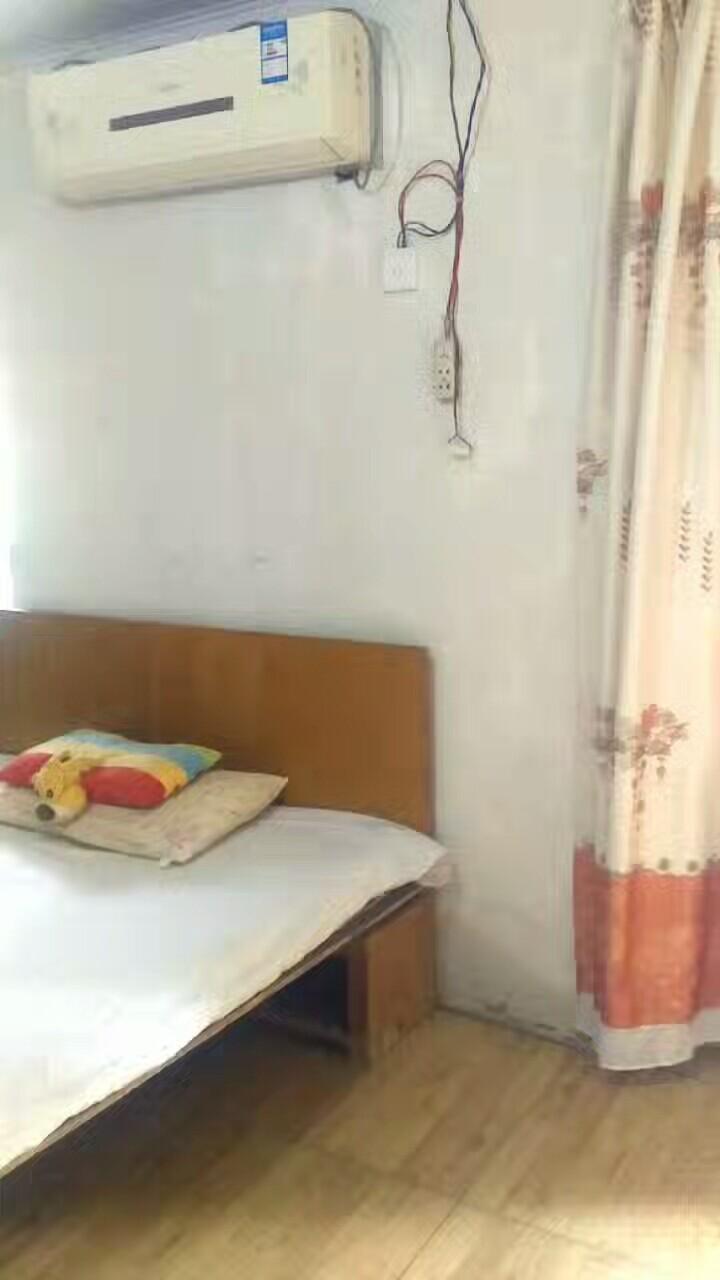 理工学院腾龙学生公寓围墙旁边。单门单间,私房出租。