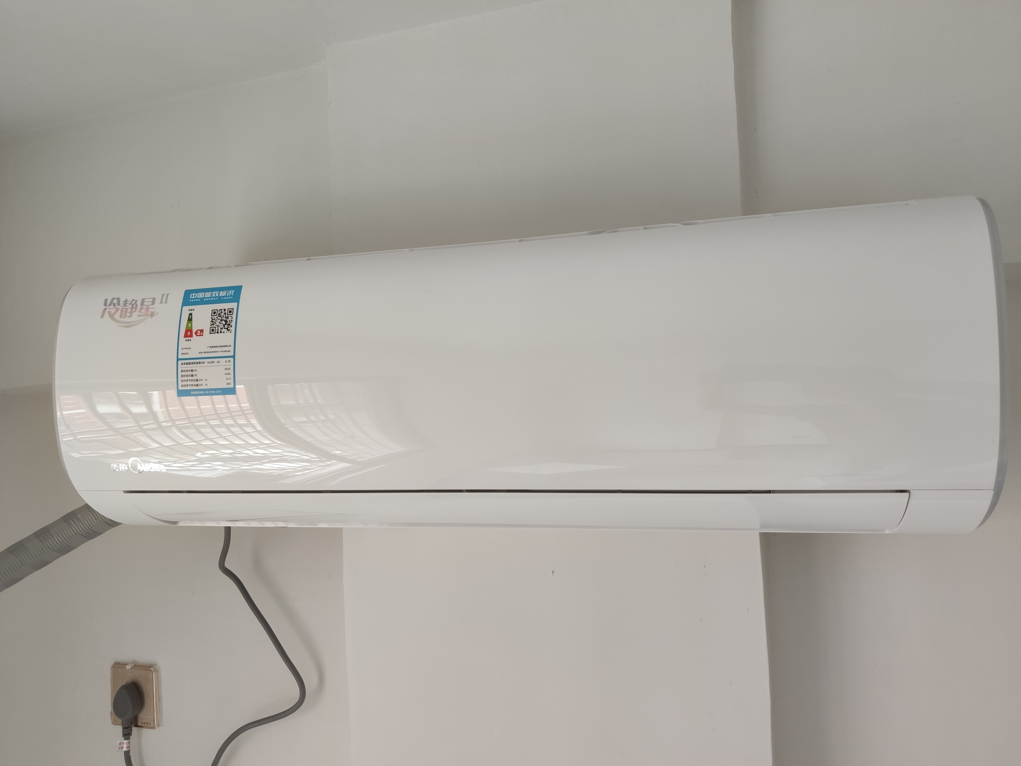 全新美的壁挂式大1.5p变频空调1台,1900元/台。