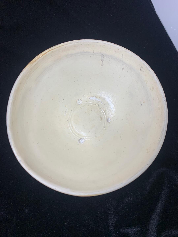 宋金时期磁州窑米黄釉大碗,些碗采用化妆土工艺满釉到足,外壁褐