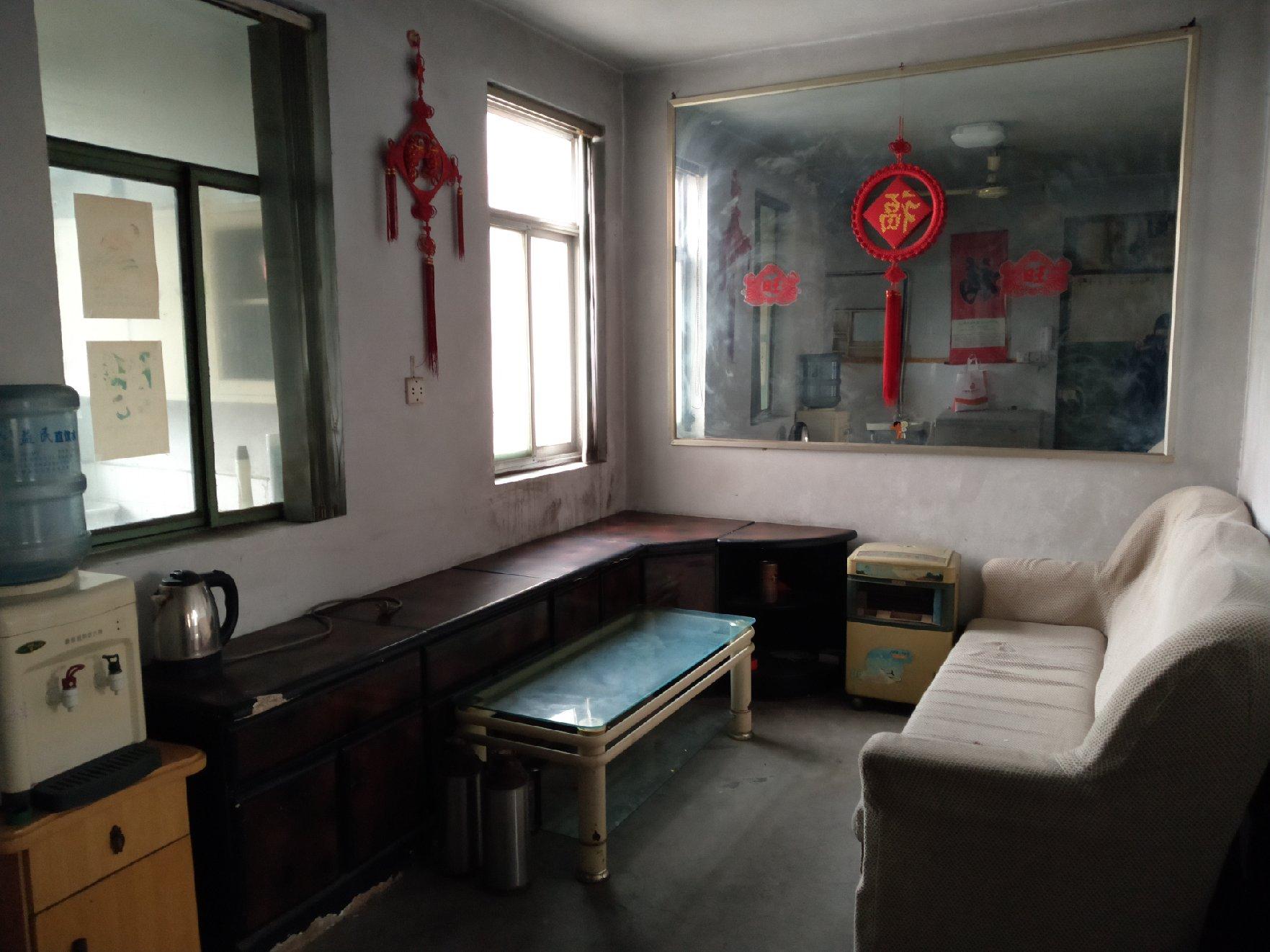 学区房,两间卧室均安空调,衣橱、沙发、床铺家具一应俱全。