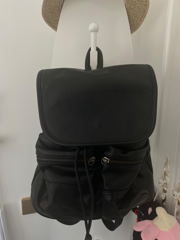 #全部##全部#纯黑色包包,没有拉链的双肩背包,皮质非常软,