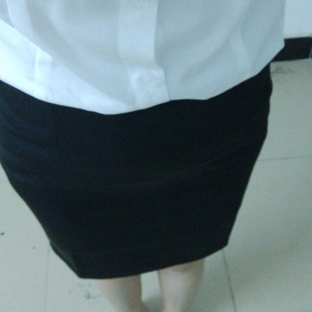 开会去白衬衫怎么搭配黑色短裙
