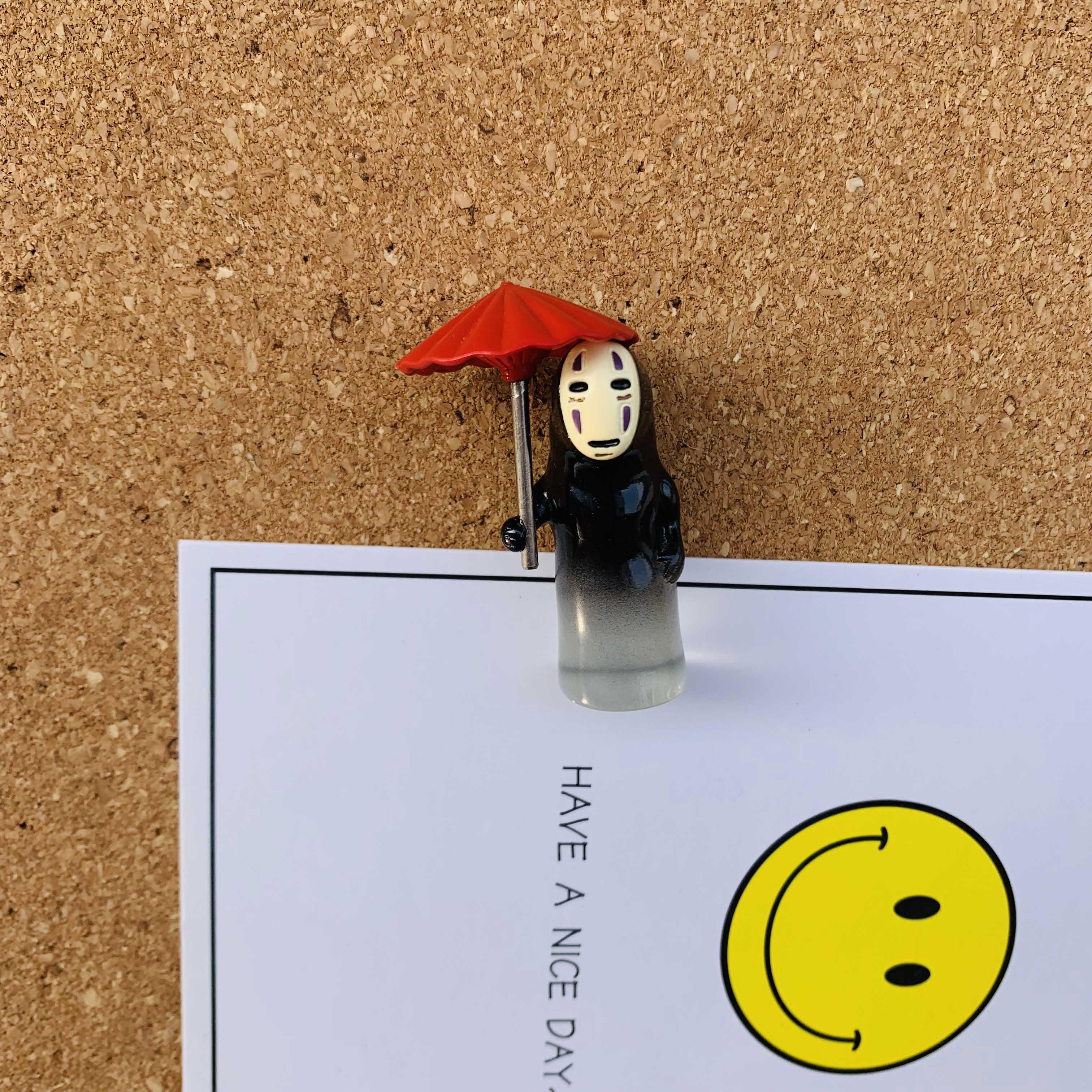 1个撑伞无脸男宫崎骏卡通工字图钉 毛毡软木留言板照片墙装饰按钉