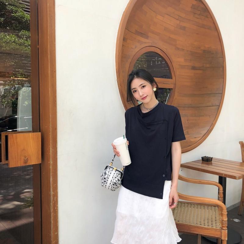 花伦改版2018春夏新款女装不规则曲珠针织T恤心机设计感纽扣上衣