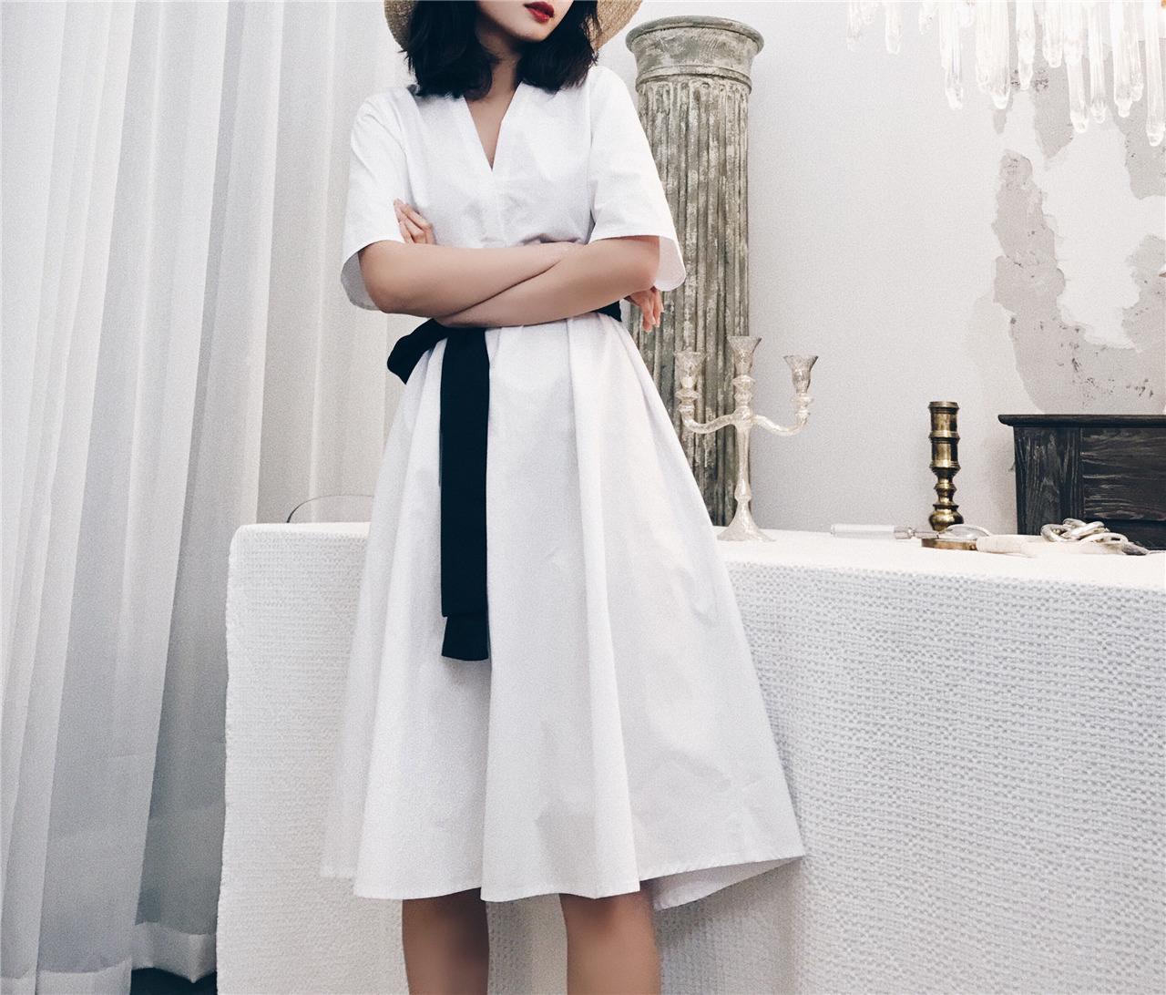 w/2018夏新 大V领白色度假收腰连衣裙女 极简时髦 宽松腰带连衣裙