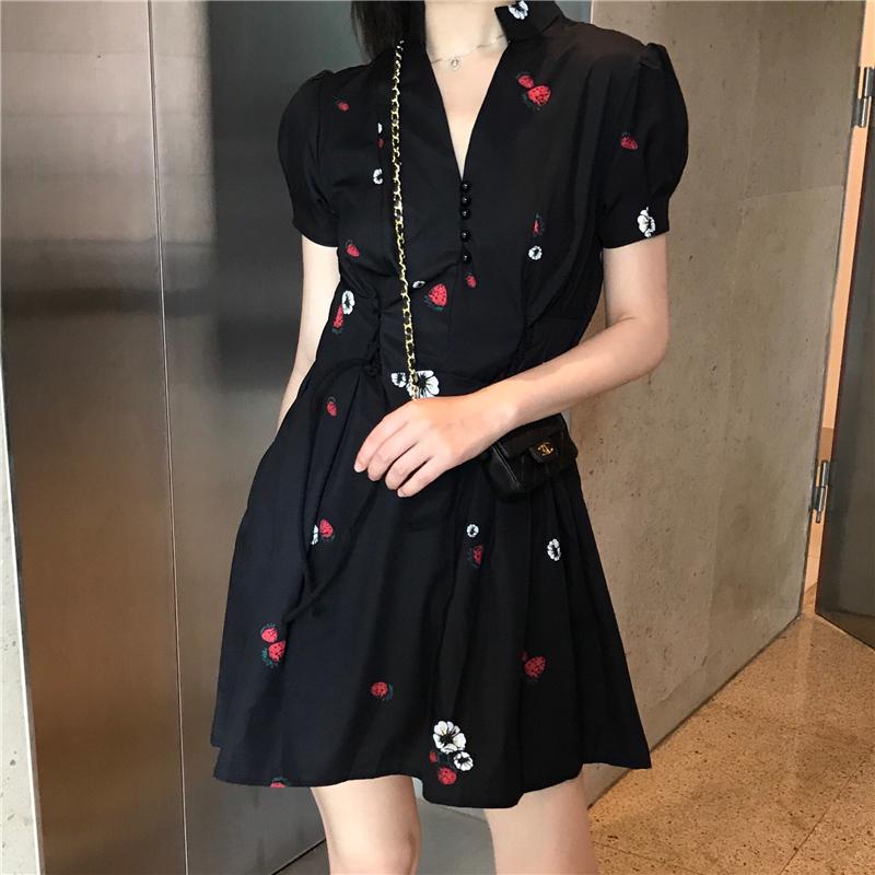 夏季2018新款气质百搭V领收腰修身显瘦的黑色草莓裙高腰连衣裙女