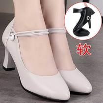 妈妈鞋单鞋女高跟鞋真皮软底软皮2021年新款春秋季一字扣女士皮鞋