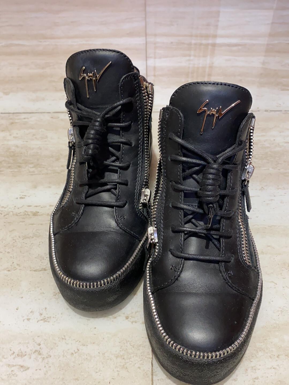 GZ鞋子、19年底济南贵和购买、买来就穿了一次不喜欢了。19