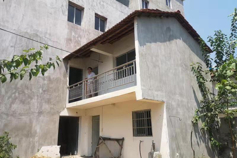 位于白果镇麻新公路(望花山村)的排三房屋
