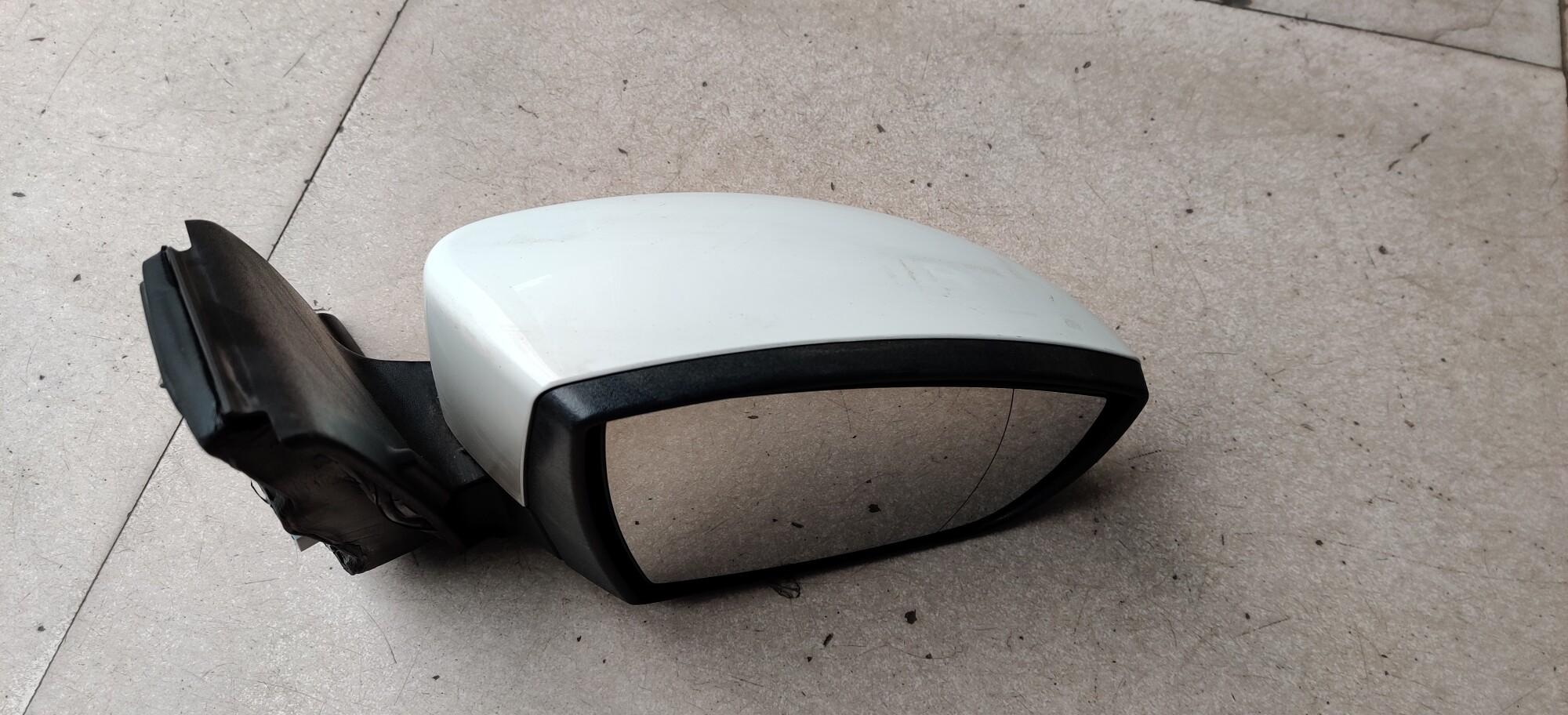 13款翼虎,倒车镜右边白色的,带照地灯,