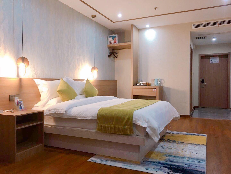 亚朵轻奢酒店(衢州客运中心店)尊享行政大床房