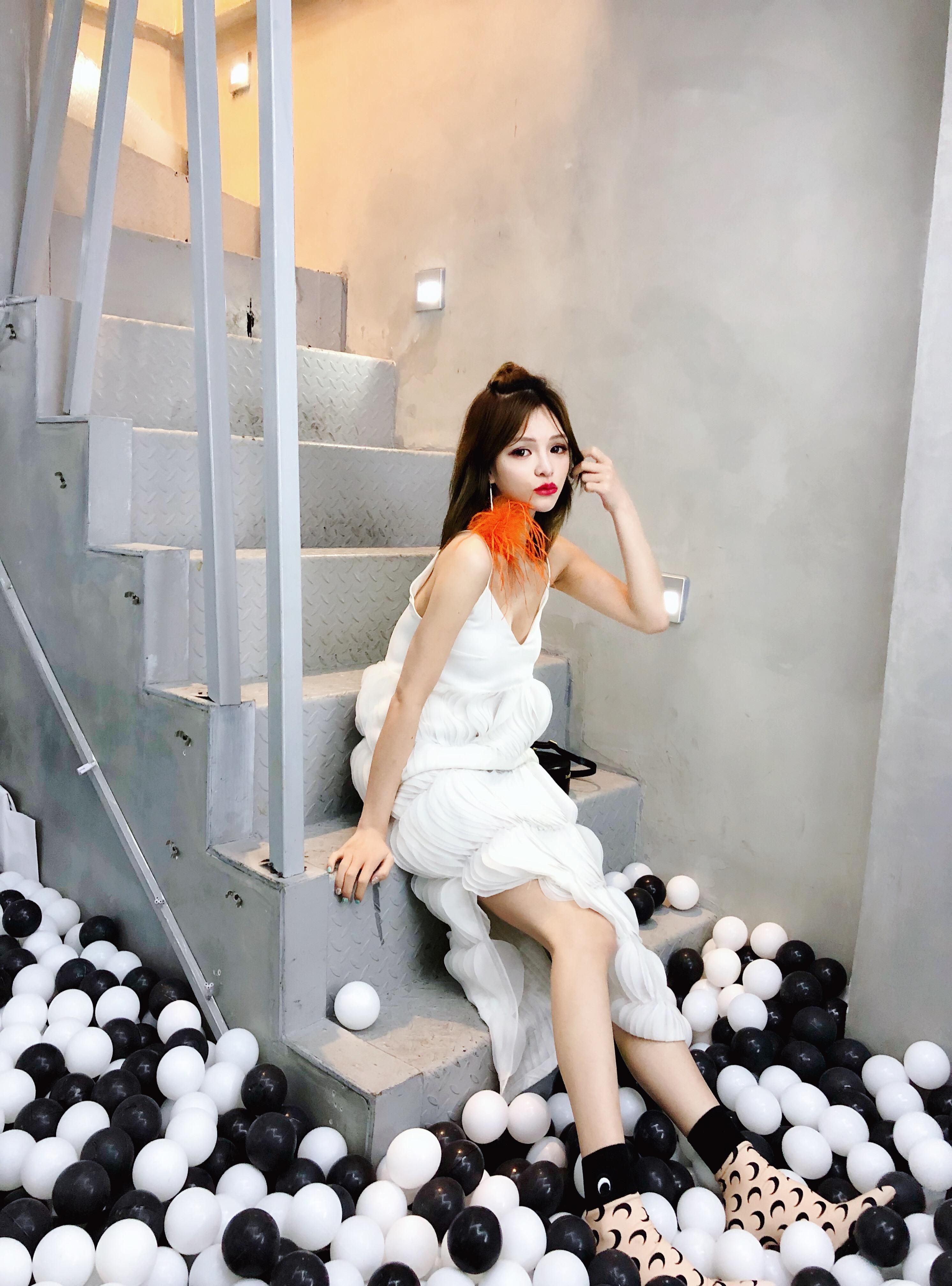 GOSWEET 夏季新款白色立体花瓣裙无袖吊带长款连衣裙女V领灯笼裙