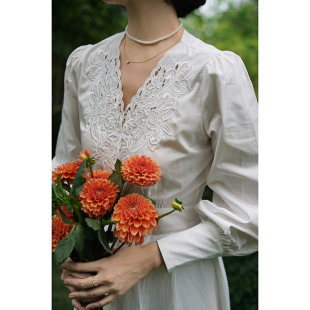 Ching's 复古V领刺绣镂空气质高腰裙 泡泡袖修身白衬衫连衣裙女秋图片