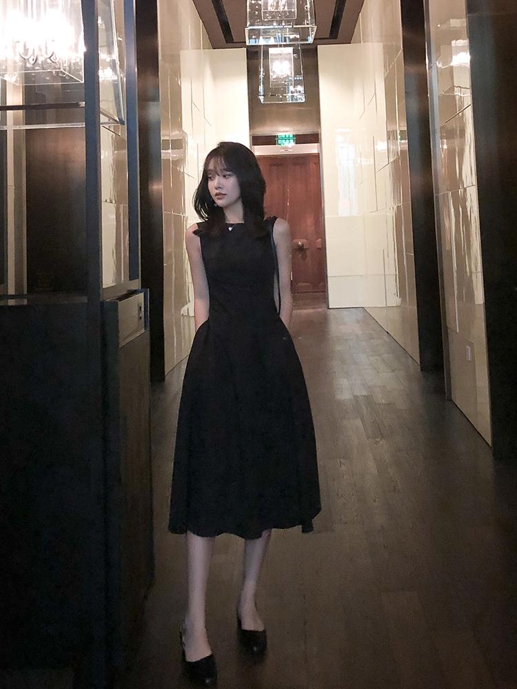 春秋冷淡风女装高级感名媛高端法式黑色连衣裙赫本风打底小黑裙夏