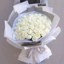 青岛市同城鲜花速递白玫瑰蓝色妖姬花bu14礼盒生ia送花上门