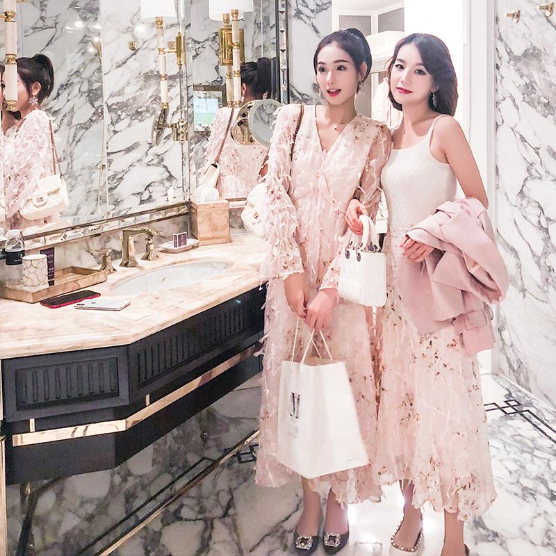 樱花树下的连衣裙\ 很美自带仙气感的一款重工流苏粉色连衣裙