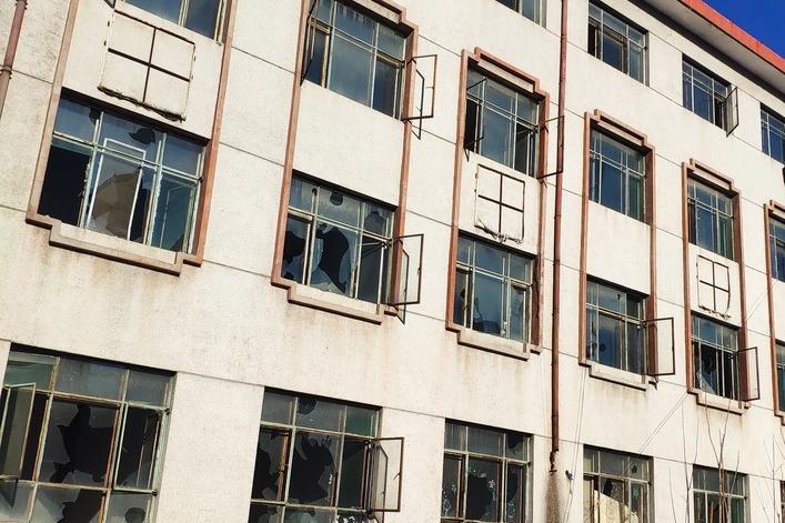 坐落于兴隆县半壁山镇佛爷来村的原兴隆县冶炼厂办公楼及国有土地使用权