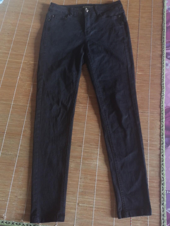 黑色小脚裤,纯棉的!高腰,腰部有一定弹性。长胖了,腿部穿着有
