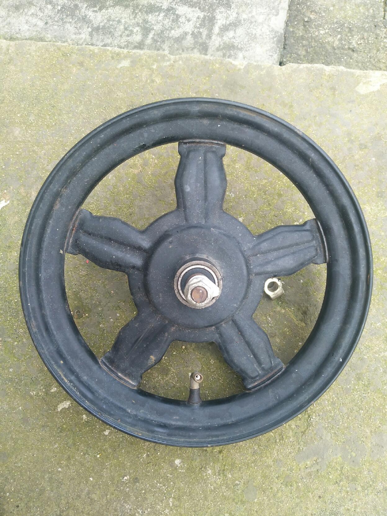 14寸电动车轮毂,有点变形。不讲究也能凑合用。放真空胎的。净