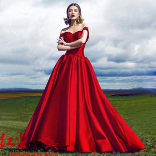 2016新款韩版一字肩红色拖尾婚纱影楼主题服装情侣拍照缎面礼服图片