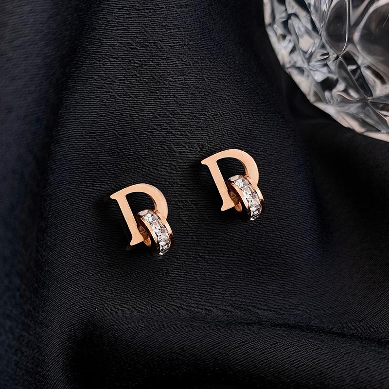 钛钢字母D耳环女水钻小圆耳钉2020新款潮气质网红个性简约耳饰品