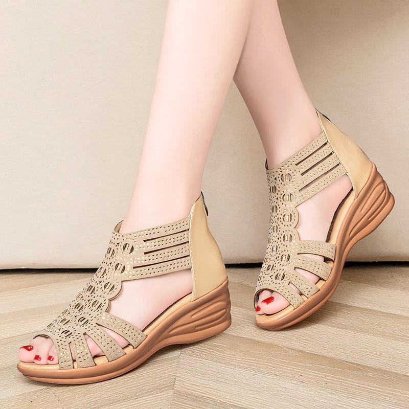 凉鞋女夏坡跟2021新款罗马妈妈水钻鱼嘴中跟女士软底露趾中年凉靴