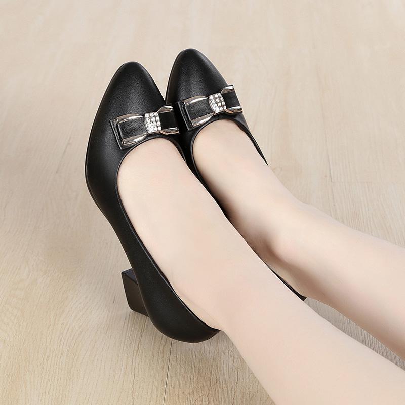 秋季妈妈鞋子单鞋真皮软底皮鞋舒适圆头粗跟中跟平底中老年女鞋