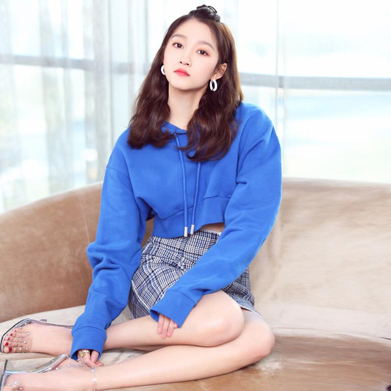 关晓彤明星同款蓝色连帽露脐卫衣套装韩版高腰格子半身短裙两件套