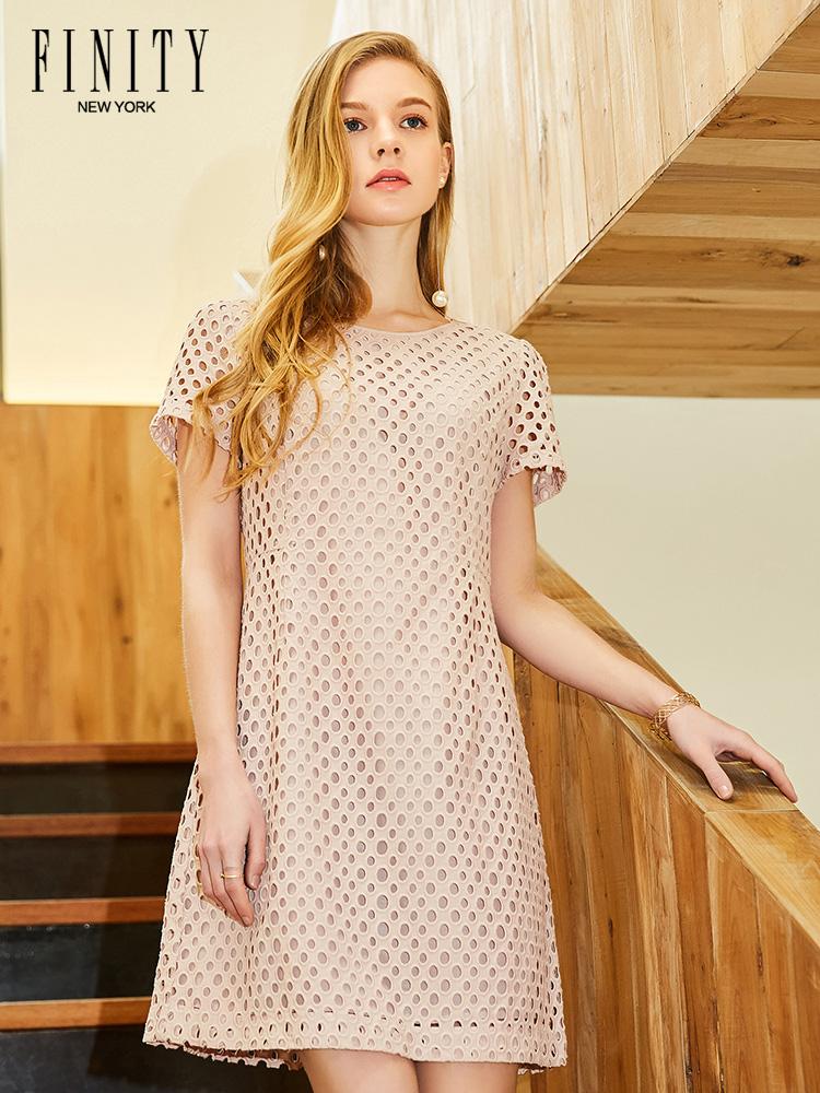 菲妮迪2018新款女装春款时尚简约设计清新粉色镂空连衣裙半袖裙子