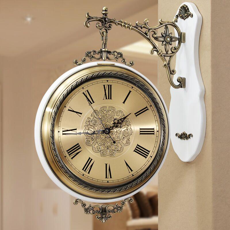 钟面采用仿古设计,采用先进的烤漆工艺,表面光滑细腻,钟表背面做工图片