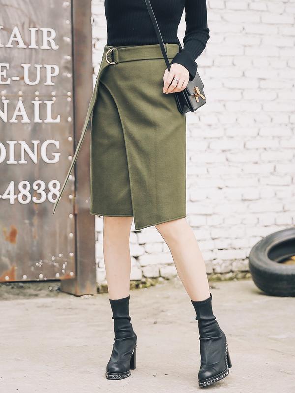 裙身是包臀铅笔裙的款式,但是斜面开衩设计,有一个好看的弧度,也变的更好穿也更洋气,含一条腰带,系上去自然垂下;裙子整体做工都非常完善,细致,里布也是用的光滑的里料,柔软贴肤,大家买到就知道的,这个手感很好,自然垂滑,对比一下市面上那些普通的呢裙就是不一样的质感。