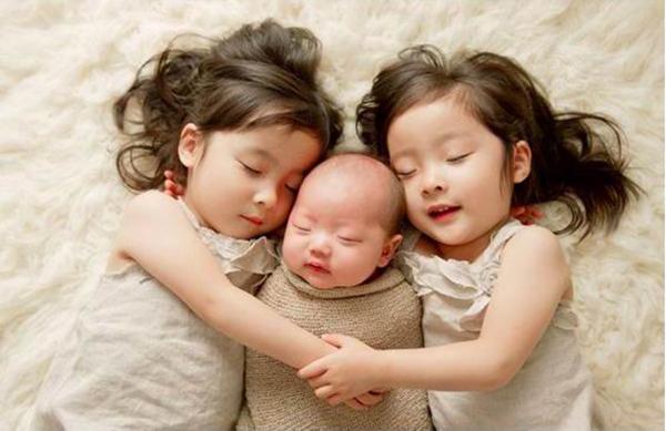 简约二胎家庭如何让老大觉得妈妈不偏心