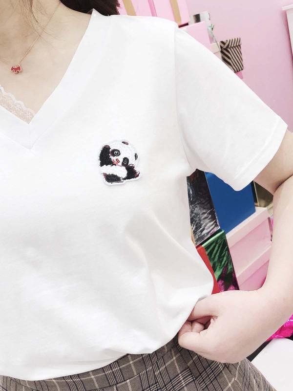 舒适的v领侧边有蕾丝的点缀,简洁大方,舒适的宽松直筒版型,显瘦!怎么穿都不会错~面料轻薄柔软,手感细腻,穿着透气不闷汗。厚度偏薄哦~夏天穿也不在怕的,三季款。胸前的小小熊猫造型,不会过于夸张,又很青春可爱。