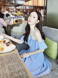 【高档女装】李雨薇ins超火的小心机漏肩冷淡风一字肩连衣裙露...