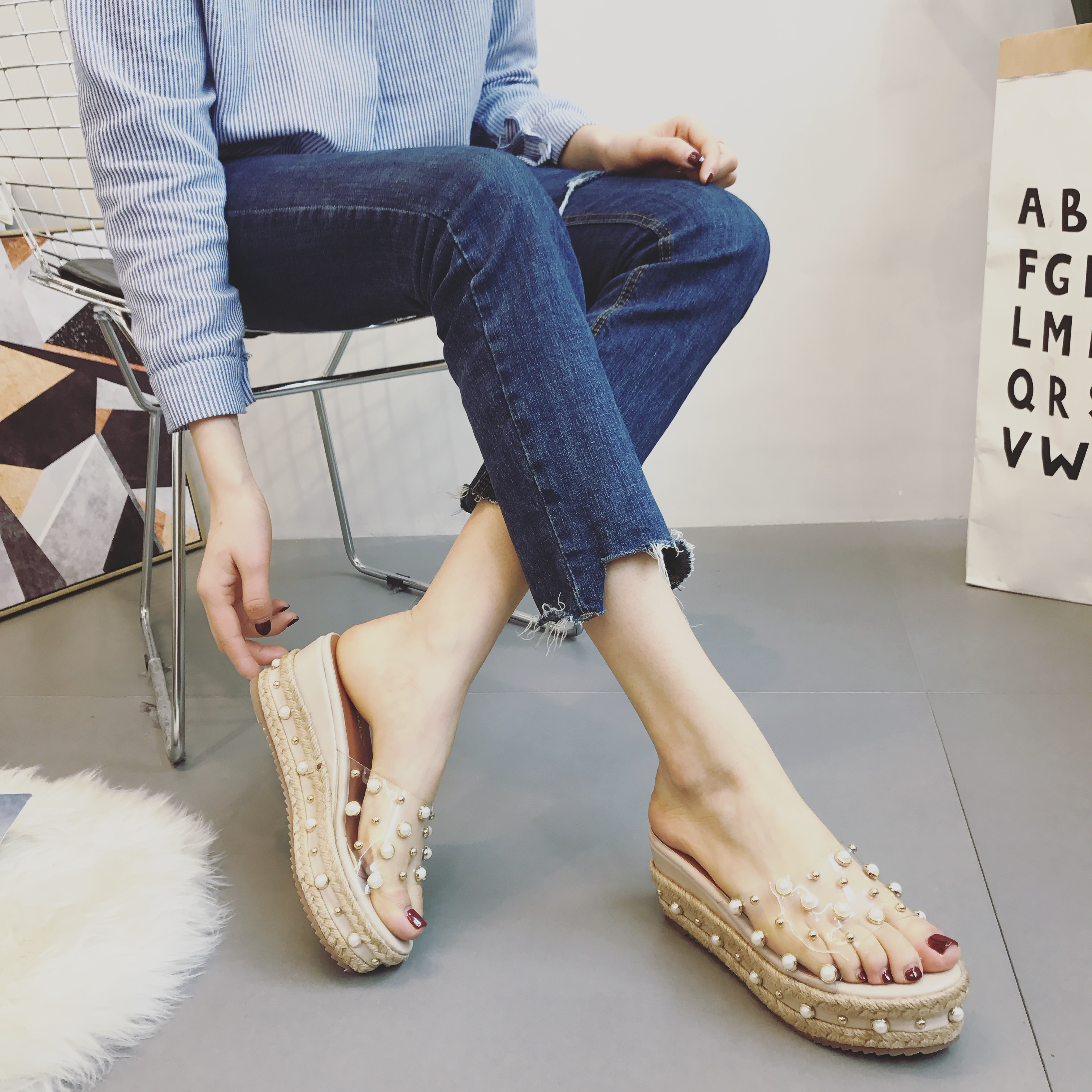 珍珠一字拖鞋2017夏季新款韩版厚底松糕草编底铆钉坡跟水晶凉鞋女