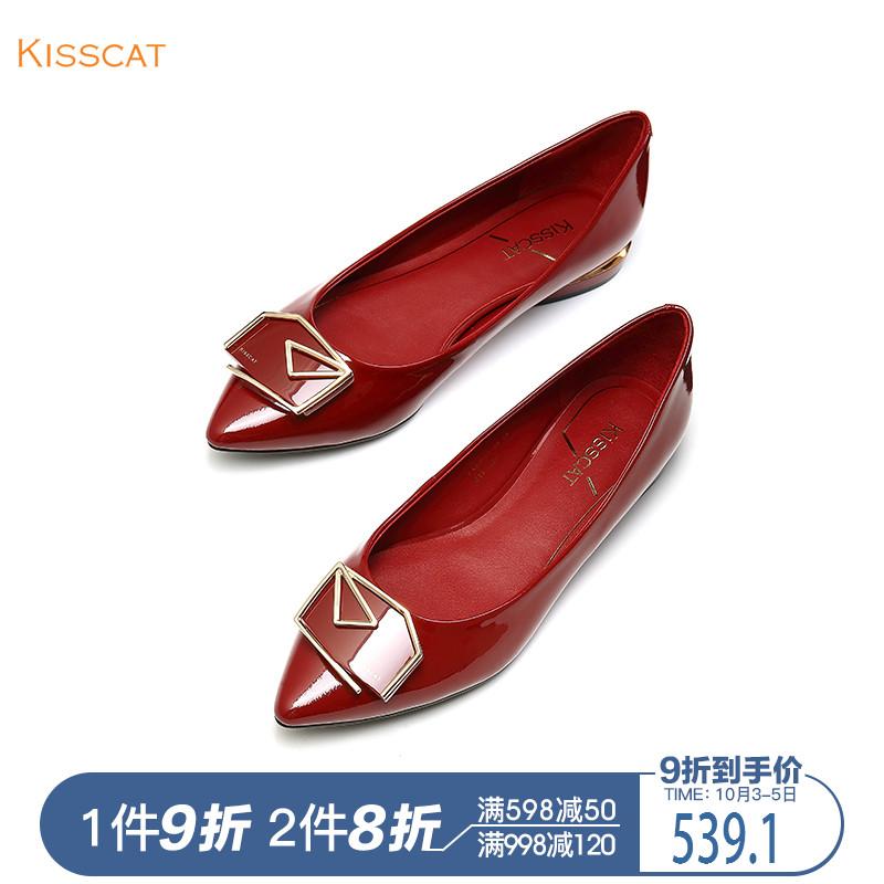 接吻猫2018秋季新款漆皮金属饰扣尖头平跟浅口单鞋女KA98502-10