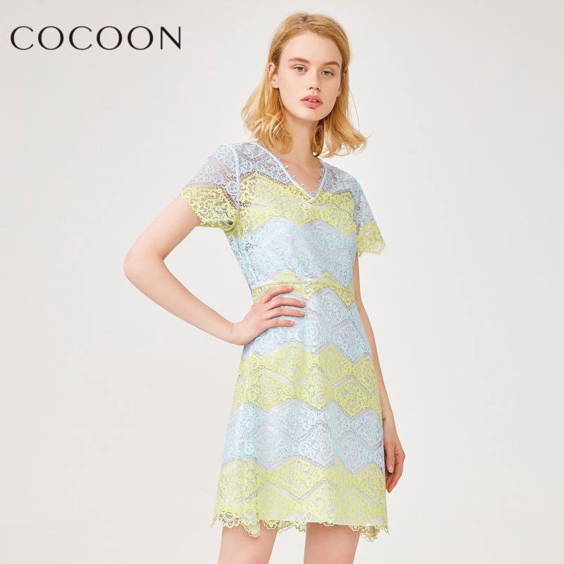 可可尼2018夏装新品女装优雅短袖V领拼接色蕾丝镂空连衣裙