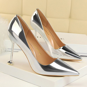 Glossy Pumps of Square nails heels