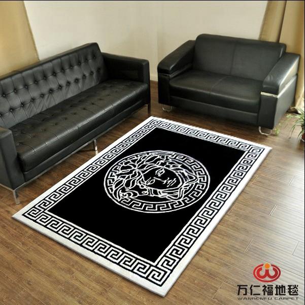Un tapis de table de salon en noir et blanc z bre - Tapis de salon noir et blanc ...