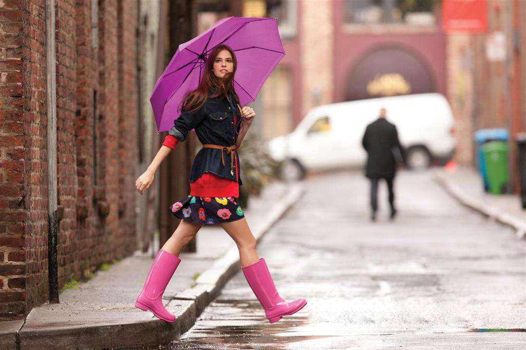 下雨天,怎么走才能有效避免裤子被溅泥?