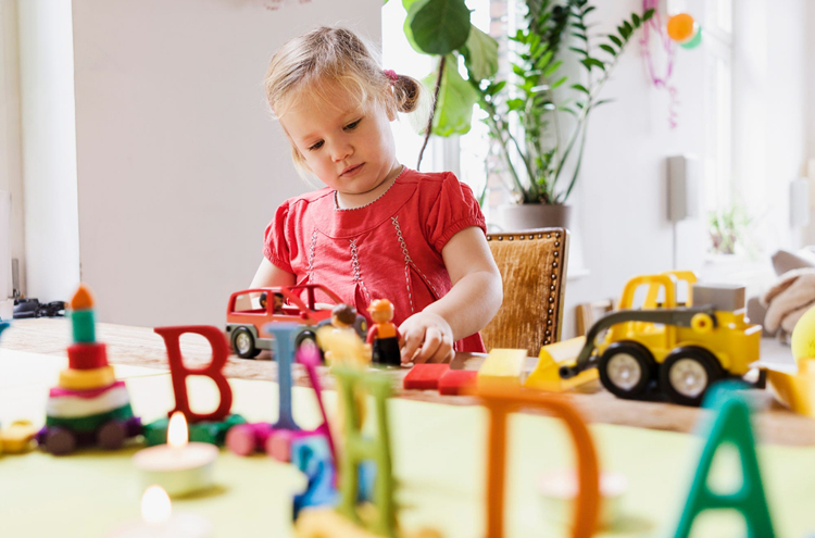 育女高文战,玩具们上班以后来那里?